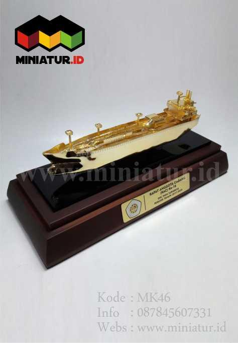 Souvenir Miniatur Kapal Kuningan